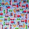 hellblauer Stoff mit Laster, Bus, Kipper und Fuerwehr, die dicht aneiander stehen, aber in unterschiedliche Richtungen zeigen