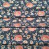 blauer Stoff mit verschiedenen Blumen und Rotkehlchen