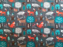 grauer Stoff mit orangefarbenem Fuchs, grauem Dachs, Hirsch und petrolfarbenen Bäumen