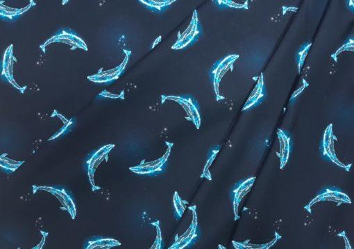 Stoff mit Delphinen in Falten gelegt